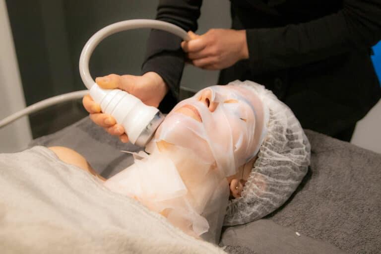 Une personne reçoit un soin visage radiofréquence