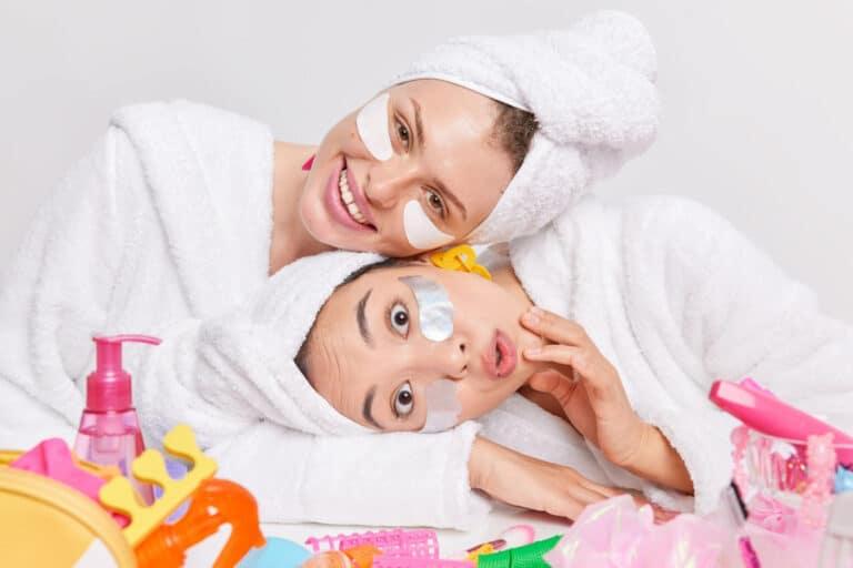 Deux femmes faisant des soins visage